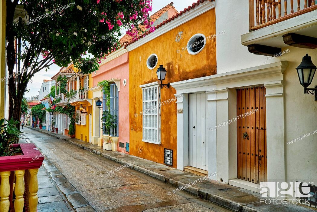 Imagen: typical colorful facades with balconys of houses in Cartagena de Indias, Colombia, South America - Cartagena de Indias, Colombia, 29/08/2017.