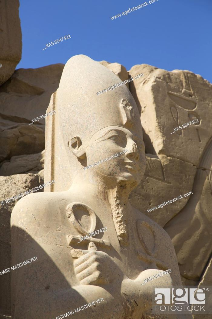 Imagen: Pharaoh Statue, Seventh Pylon, Karnak Temple Complex, UNESCO World Heritage Site, Luxor, Egypt.