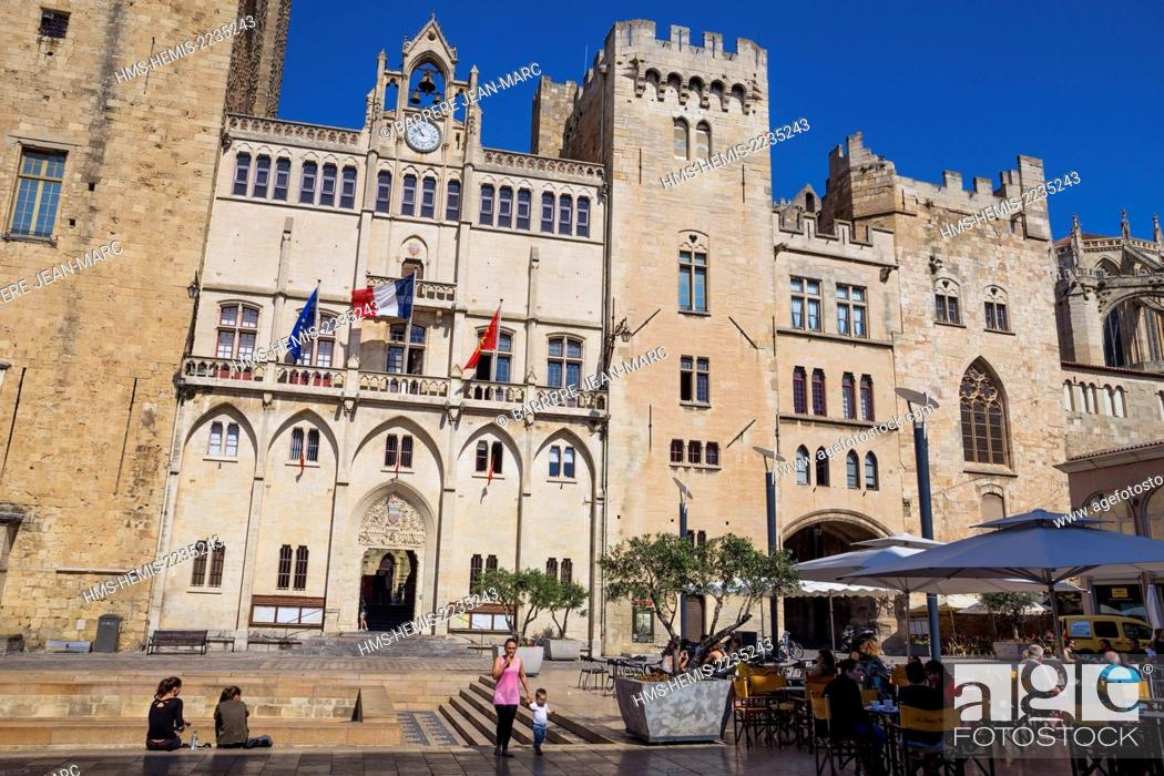 Stock Photo: France, Aude, Narbonne, city hall sqare, Palais des Archeveques (the Archbishops Palace) and remains of the Via Domitia.