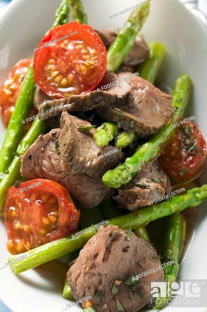 Stock Photo: Roast beef with asparagus and tomatoes.