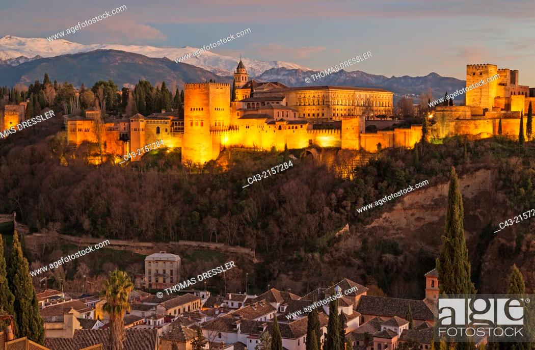 Imagen: The magnificent Alhambra palace, illuminated at dusk. On the right the Alcazaba (Moorish castle). In the foreground the Albaicín.