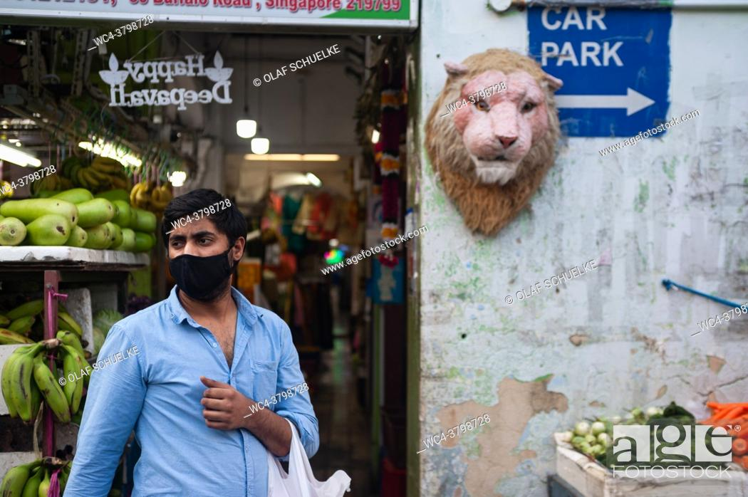 Imagen: Singapore, Republic of Singapore, Asia - A man wearing a protective corona face mask buys groceries in the city district of Little India.