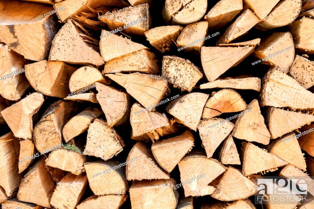 Imagen: Background of chopped firewood stacked up on top of each other in a pile.