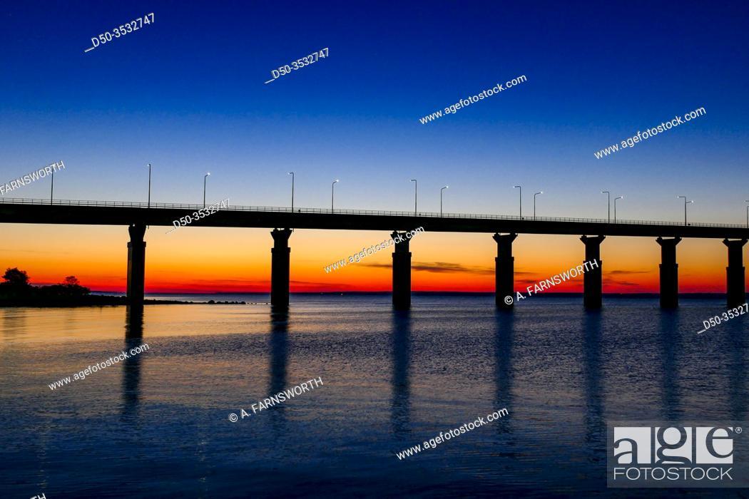 Imagen: Farjestaden, Oland, Sweden The Oland bridge at sunrise.