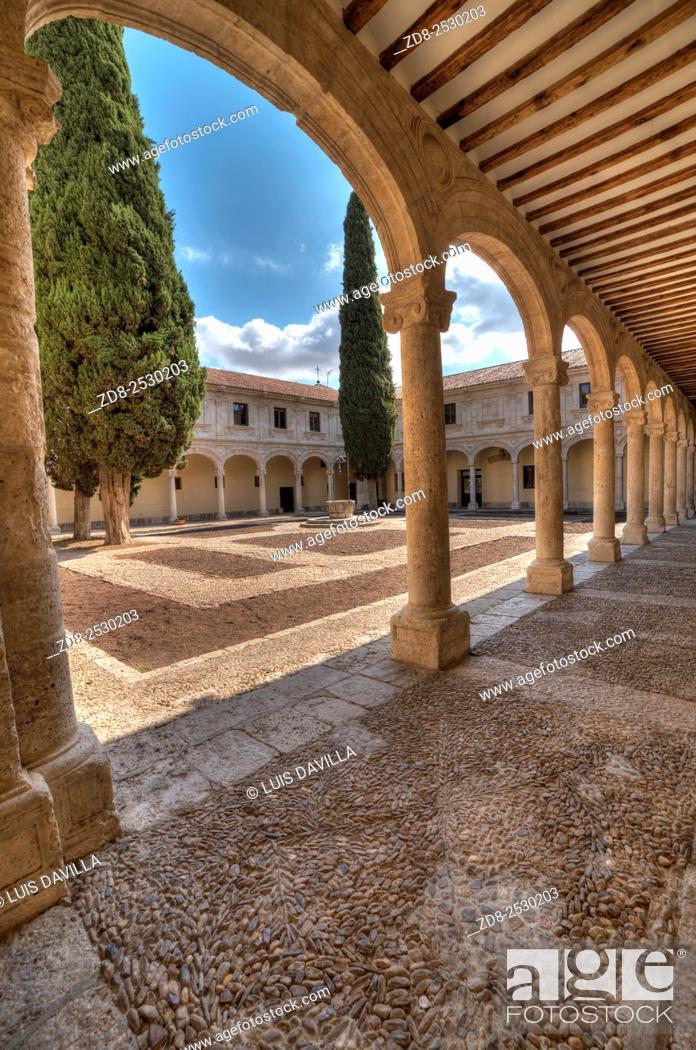 Imagen: trilingue courtyard in university of alcala de henares. Spain.