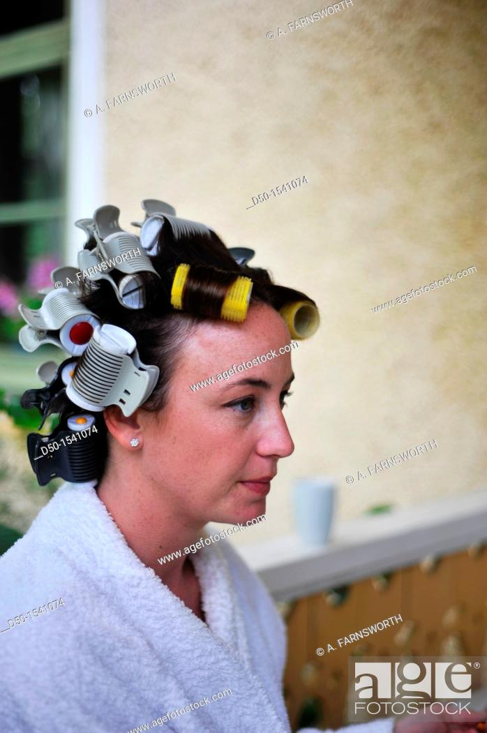 Imagen: MEDEVI SWEDEN Bride to be has hair in rollers before the wedding.