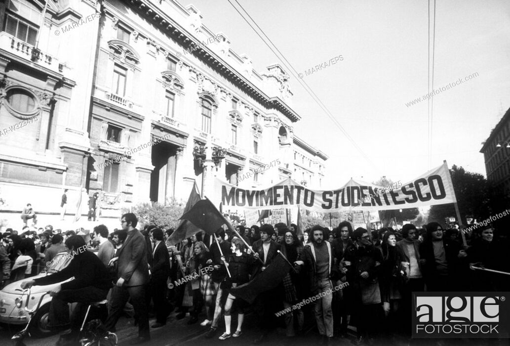 Photo de stock: roma 1968, manifestazione degli studenti di sinistra, movimento studentesco davanti al ministero della pubblica istruzione.