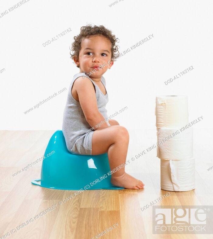 Imagen: Toddler boy on potty, 2 years.