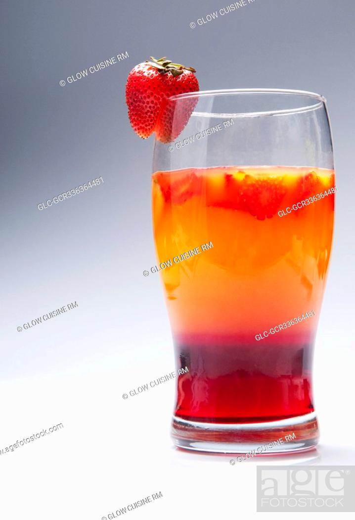 Imagen: Close-up of a glass of strawberry cocktail.