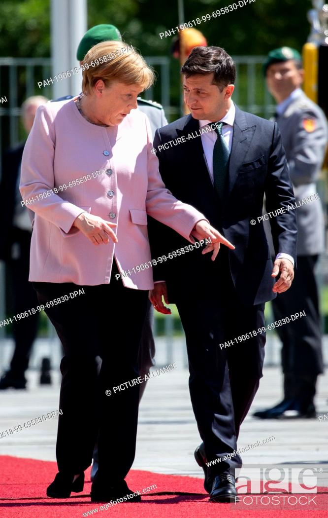 Imagen: 18 June 2019, Berlin: Federal Chancellor Angela Merkel (CDU) receives Volodymyr Selensky, President of Ukraine, with military honours before the Federal.