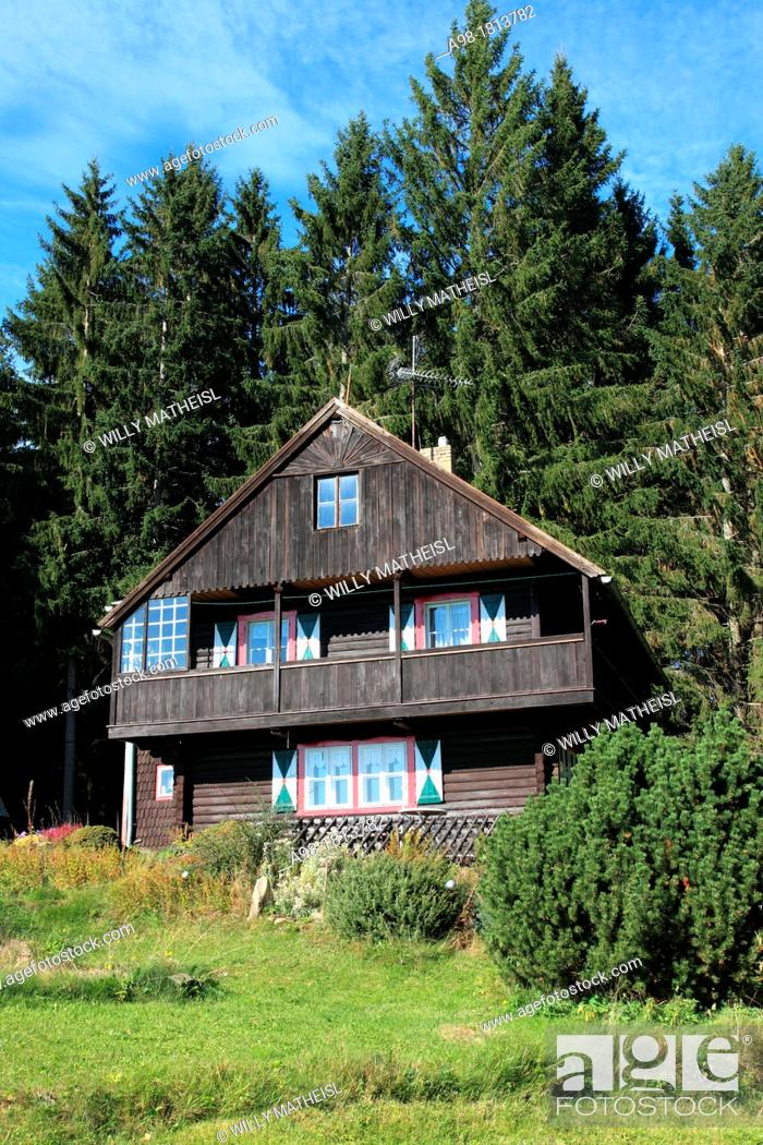 Imagen: traditional old farmhouse at the village Srni, German: Rehberg, Bohemian Forest, National Park Sumava, Czech Republic, Europe.