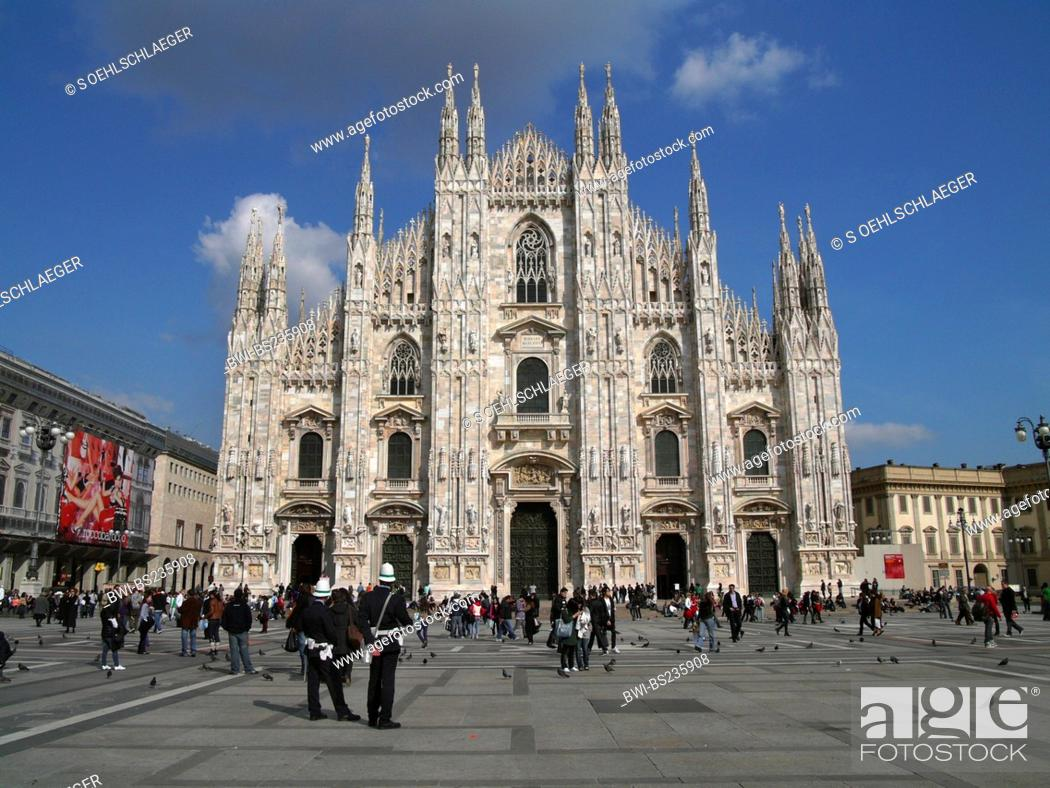 Photo de stock: Milan cathedral with tourists, Italy, Milan, Milan.
