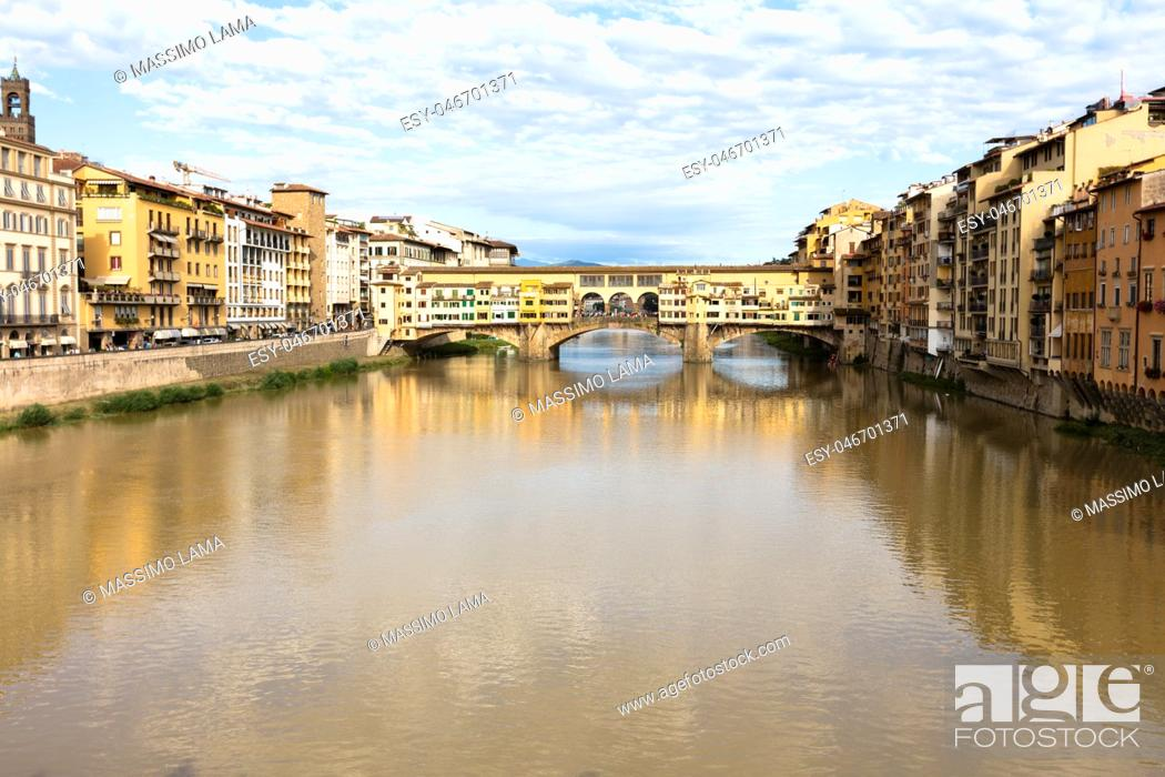 Imagen: View of historical medieval bridge on the Arno river, ponte Vecchio, Florence, Italy.
