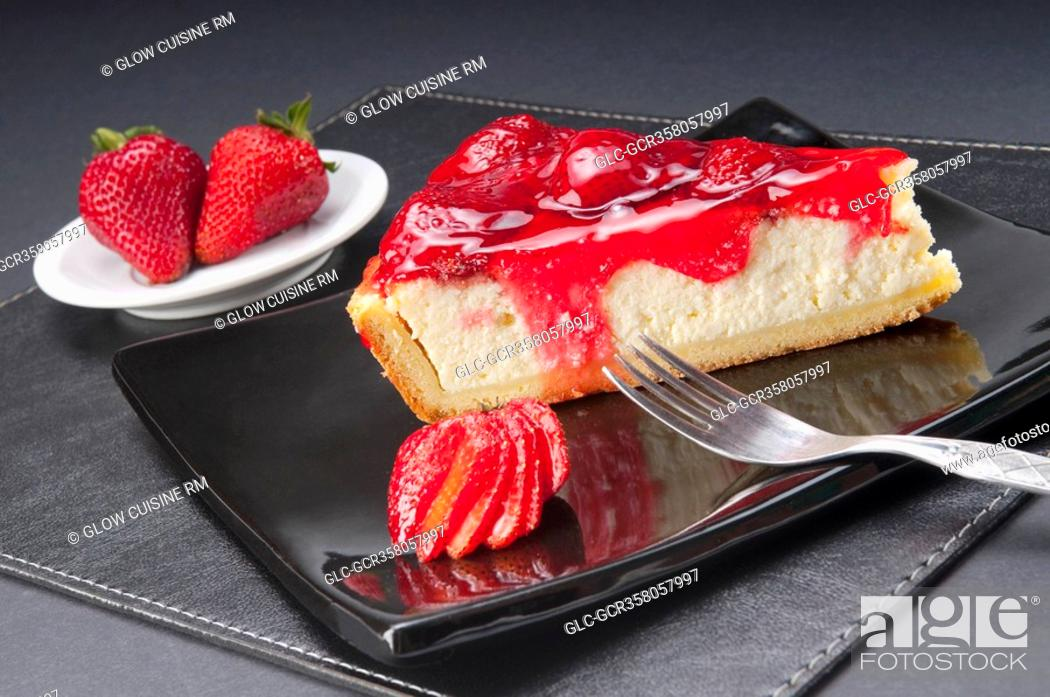 Imagen: Slice of strawberry cheesecake with strawberries and a fork.
