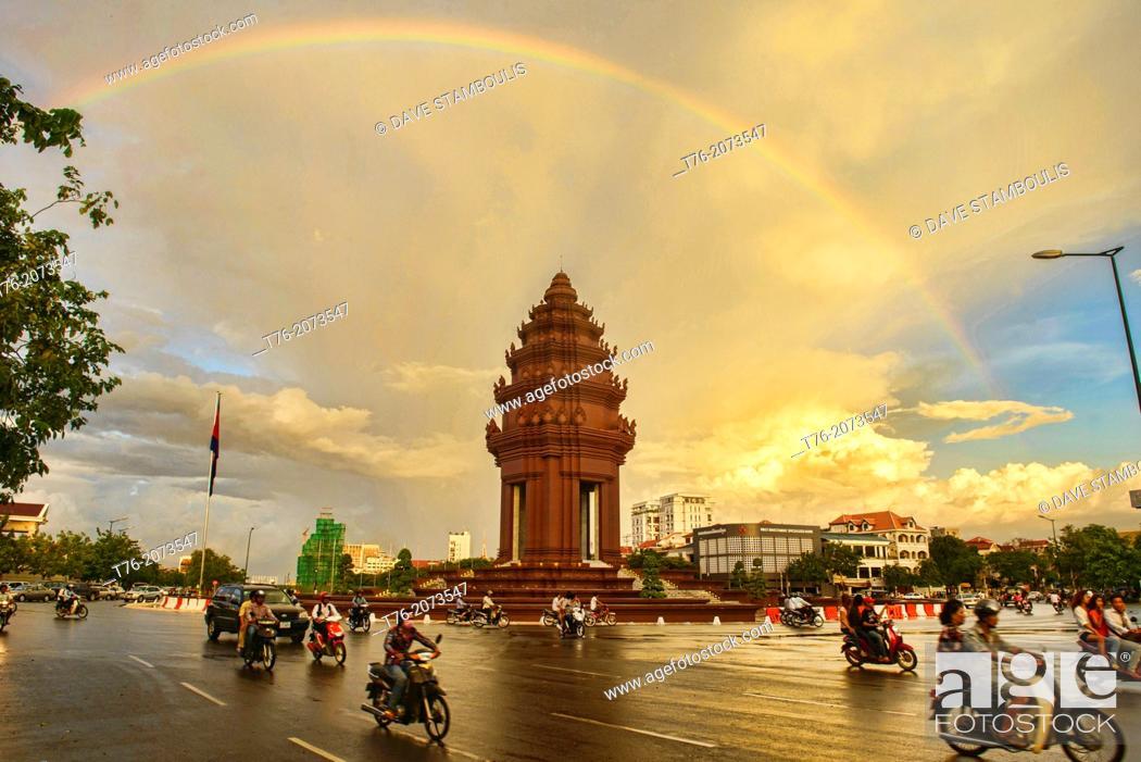 Imagen: Independence Monument (Vimean Akareach) under a rainbow, Phnom Penh, Cambodia.