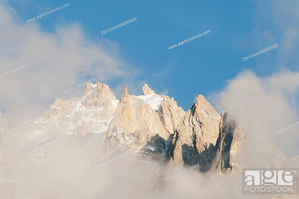Imagen: Mountain peaks surrounded by clouds.