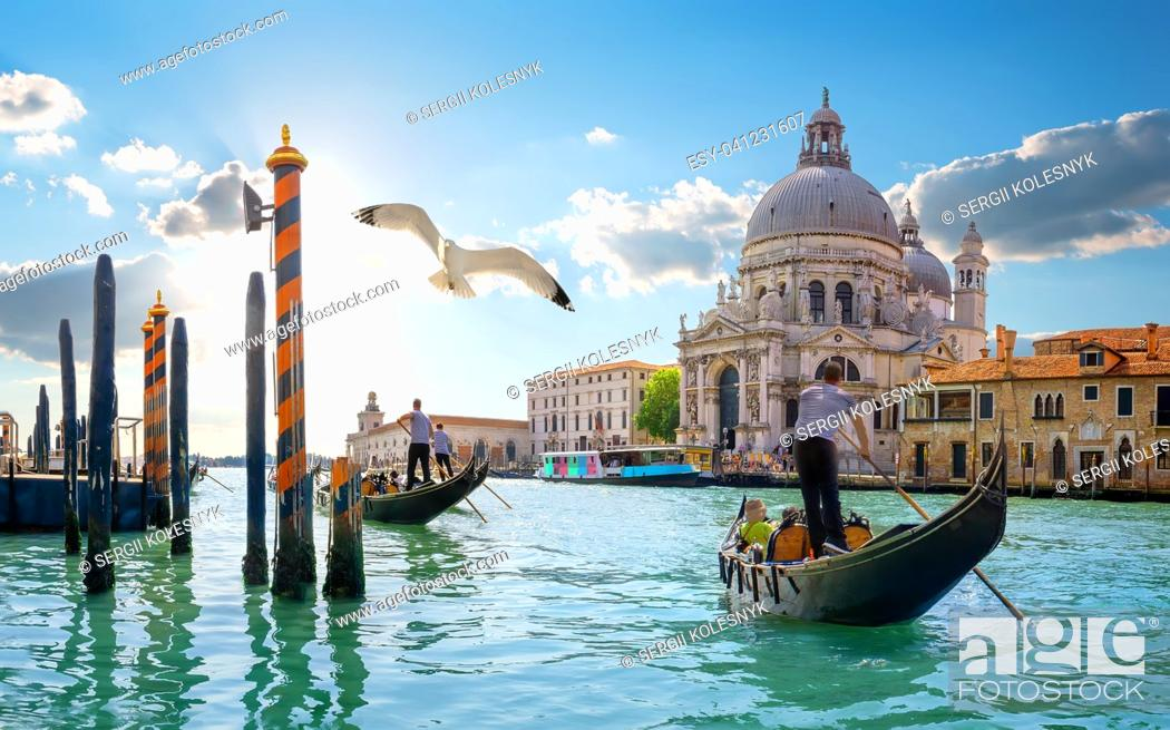 Imagen: Ride on gondolas along the Gand Canal in Venice, Italy.