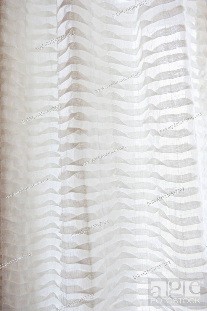 Imagen: Detail shot of a white curtain.