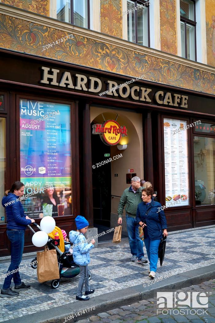Stock Photo: Touristen vor dem beliebten Hard Rock Cafe im historischen Haus.