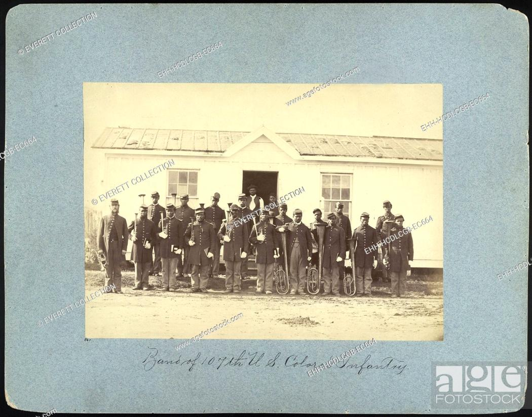 Imagen: The Civil War, group of 21 African American men holding musical instruments, title: 'Band of 107th U.S. Colored Infantry', Arlington, Virginia.