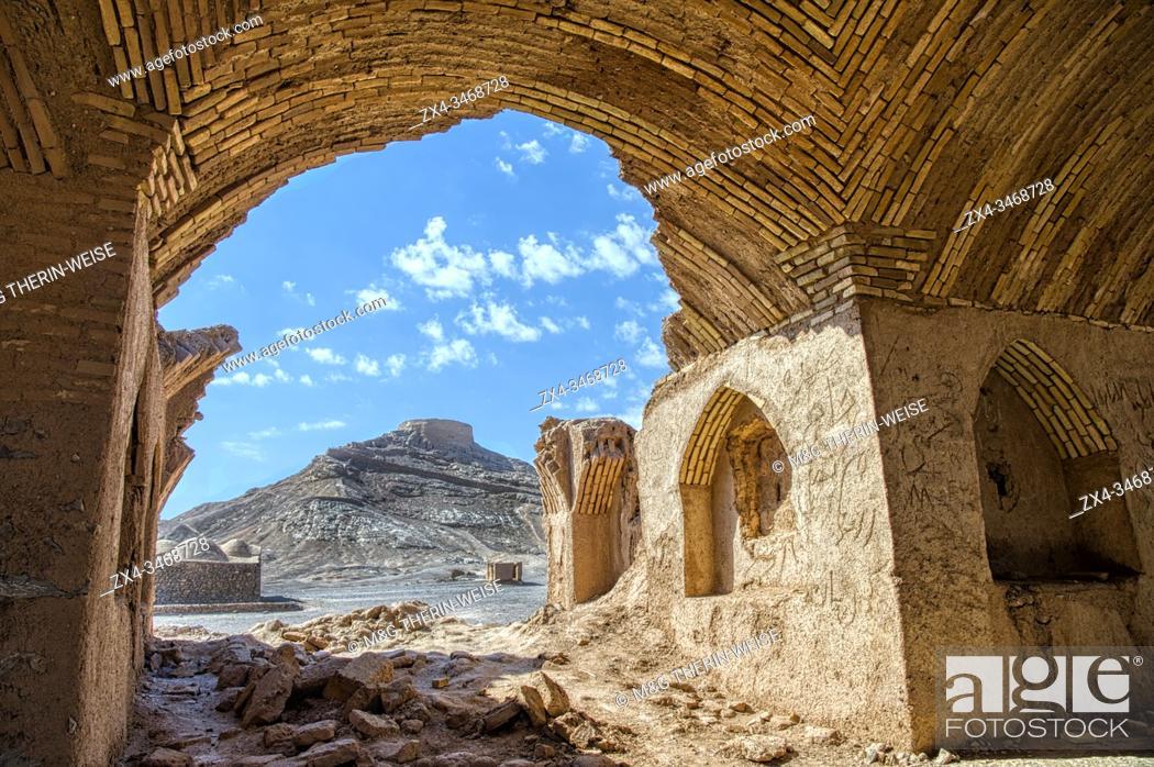Imagen: Ruins of ritual buildings near Dakhmeh Zoroastrian Tower of Silence, Yazd, Iran.
