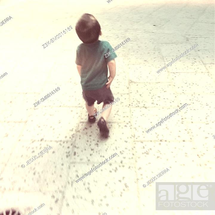 Imagen: Boy walking.