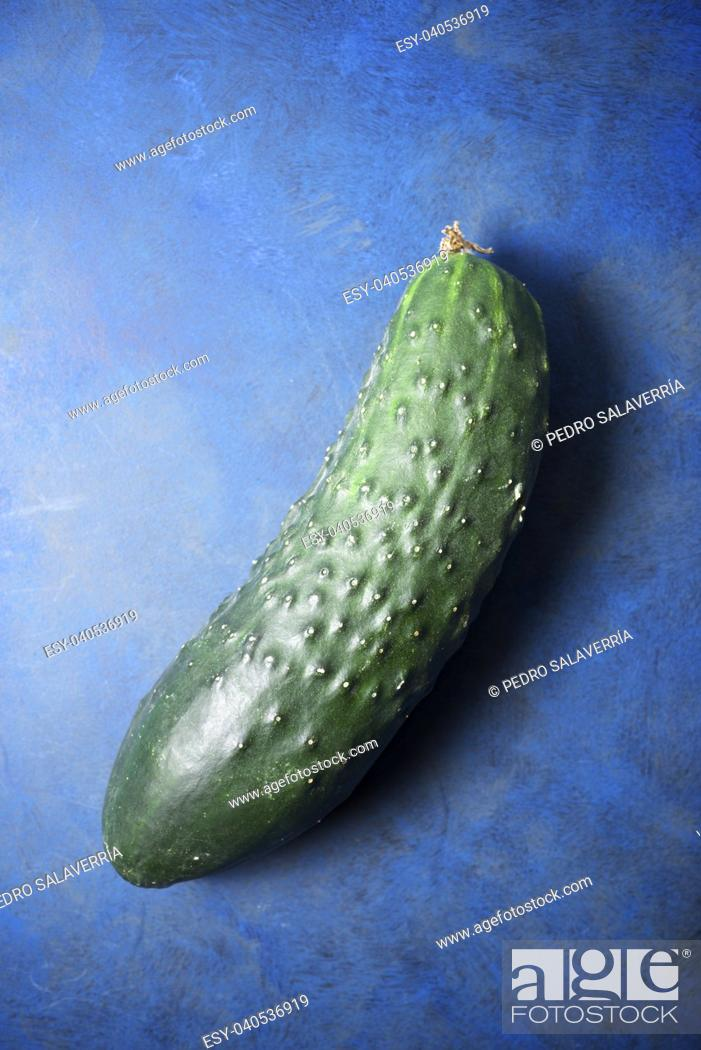 Imagen: Close-up of a cucumber on a blue background.