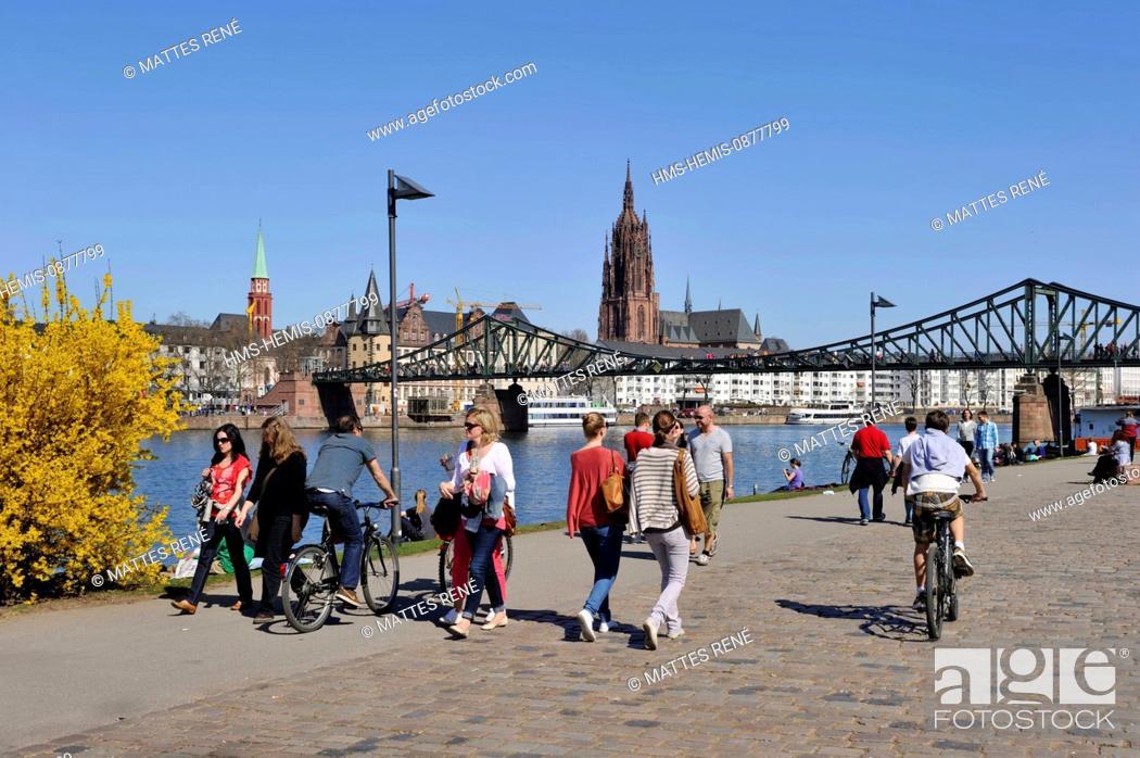 Imagen: Germany, Hesse, Frankfurt am Main, riverbanks of Main river and St.Bartholomew's cathedral (Dom).