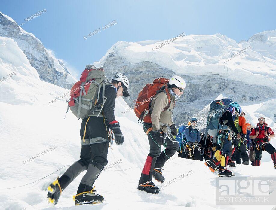 Imagen: Hikers backpacking on mountain, Everest, Khumbu region, Nepal.