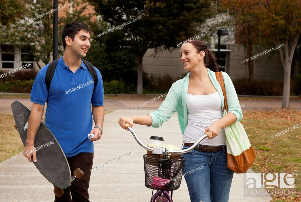 Imagen: Students walking together on campus.