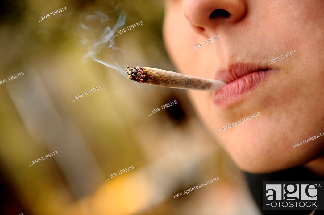 Imagen: Young woman smoking a joint.