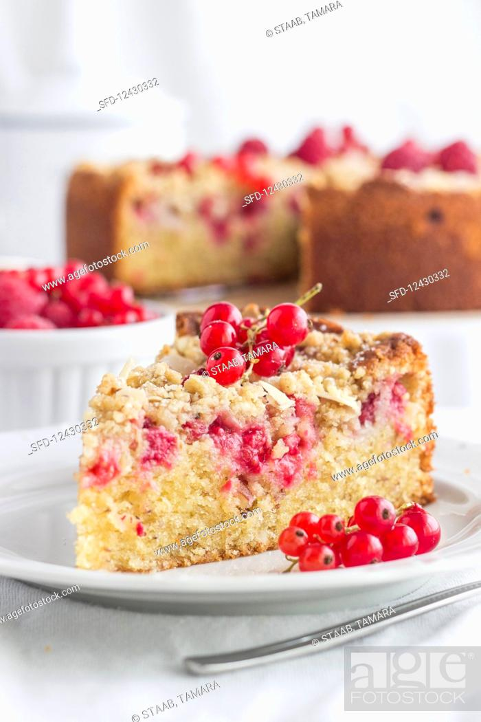 Photo de stock: Juicy almond and redcurrant crumble cake.