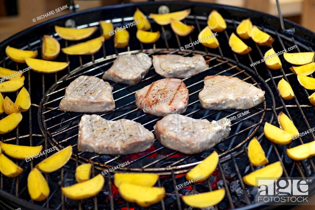 Imagen: grilled tuna with potatoes on garden grill.