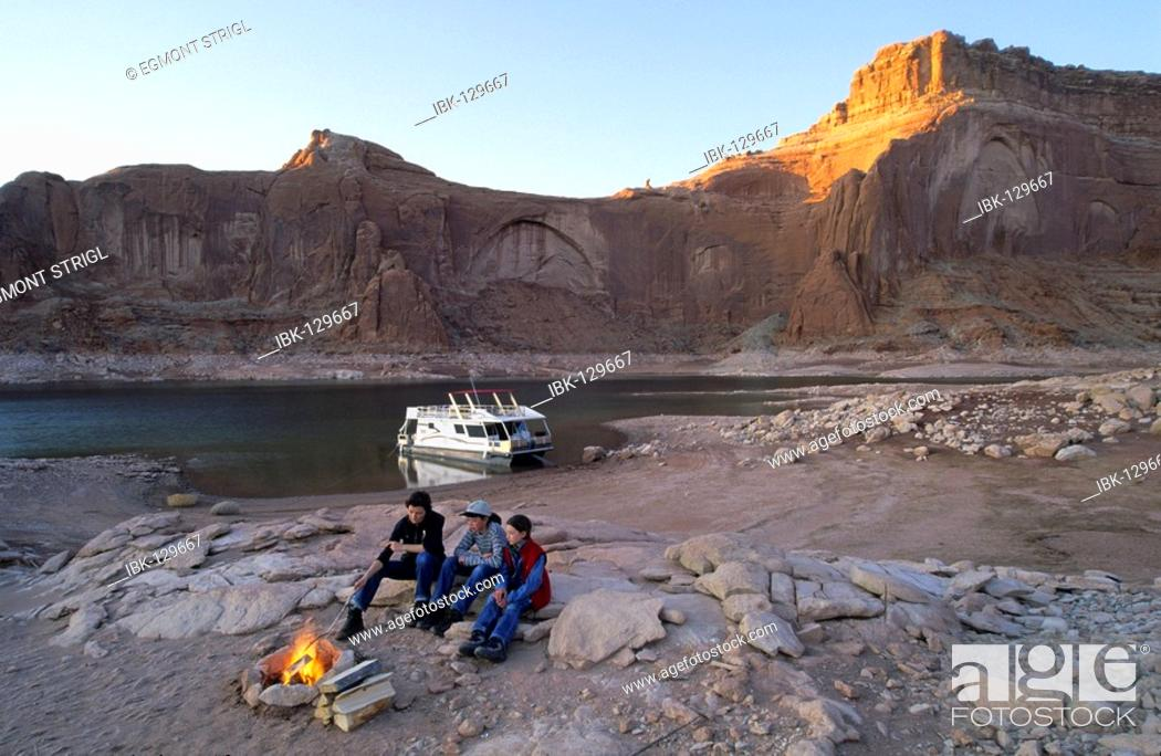 Stock Photo: Mother with kids with a campfire, house boat on Lake Powell, Glen Canyon National Recreation Area, Utah, Arizona, USA.