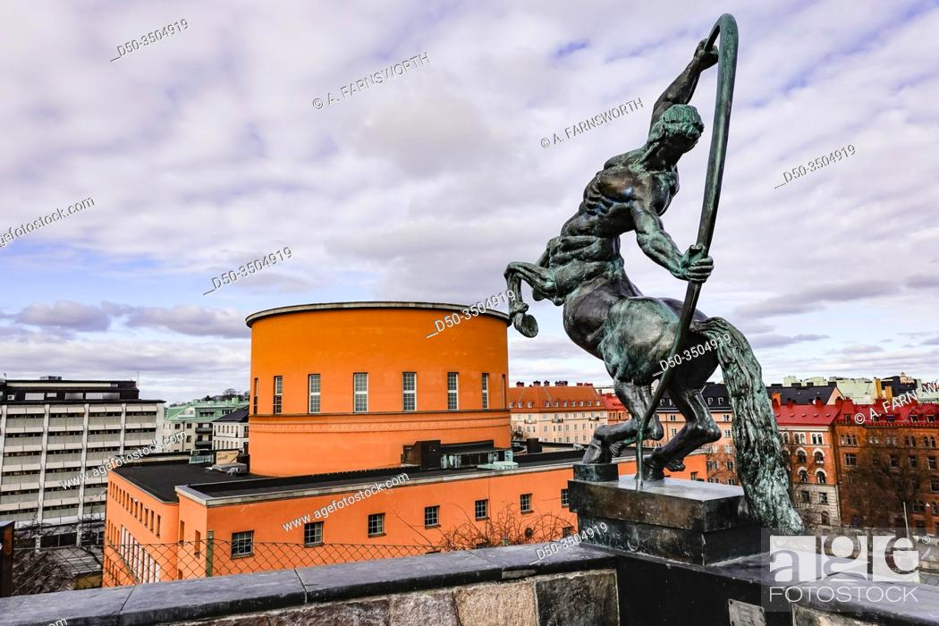 Imagen: Stockholm, Sweden A 1939 bronze statue of the Centaur by Sigrid Fridman at the Stockholm Public Library and the Observatorielunden park.