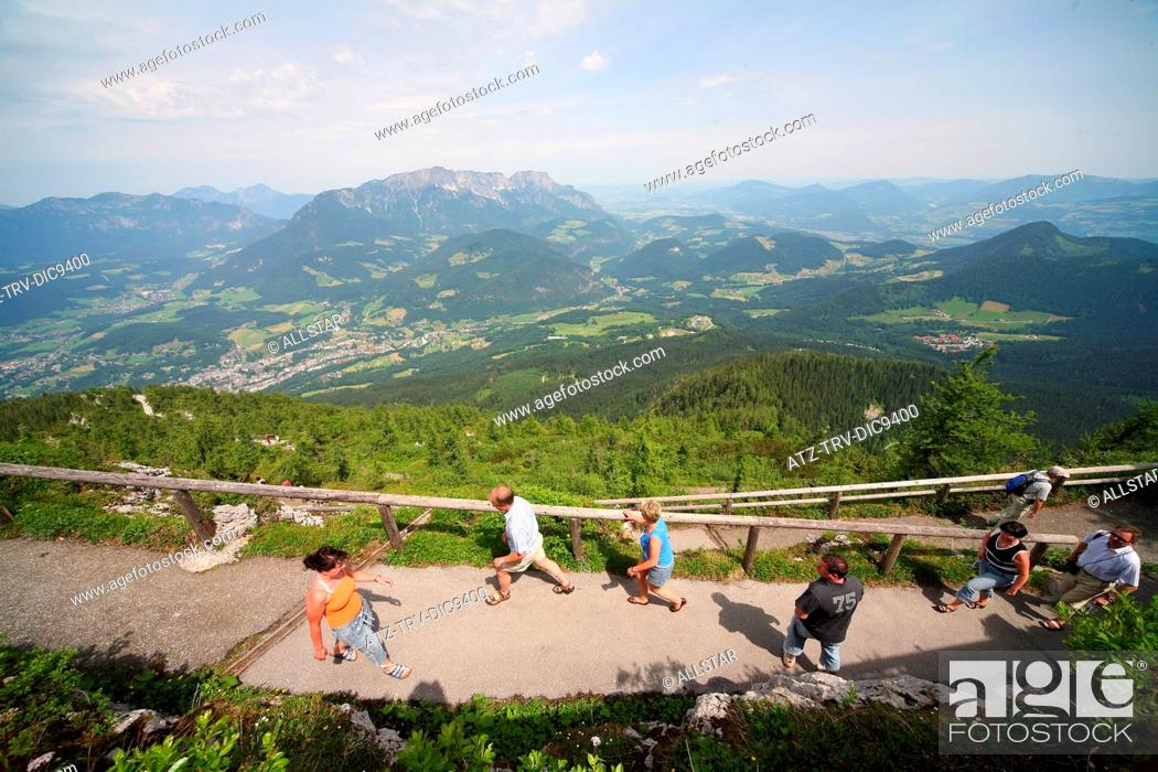 Photo de stock: WALKERS ON FOOTPATH TO EAGLES NEST, KEHLSTEINHAUS WITH UNTERSBERG MOUNTAIN BEHIND; NEAR BERCHTESGADEN, GERMANY; 24/06/2008.