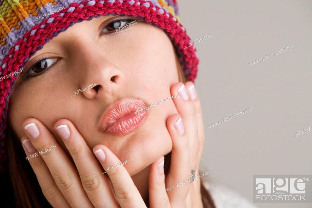 Imagen: Portrait of caucasian-hispanic woman in her twenties with cap.