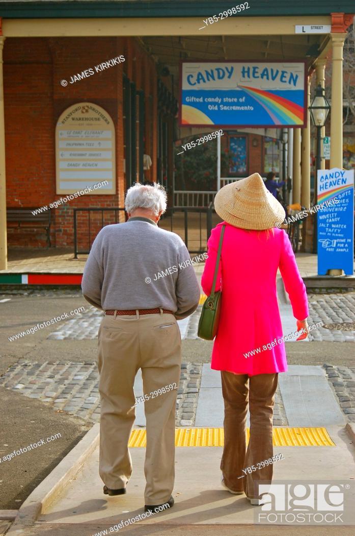 Imagen: An elderly couple takes a walk through the historic Old Sacramento neighborhood.