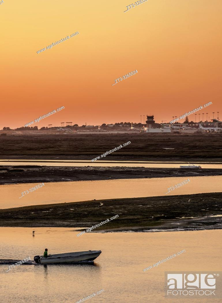Imagen: View towards Ria Formosa Natural Park at sunset, Faro, Algarve, Portugal.