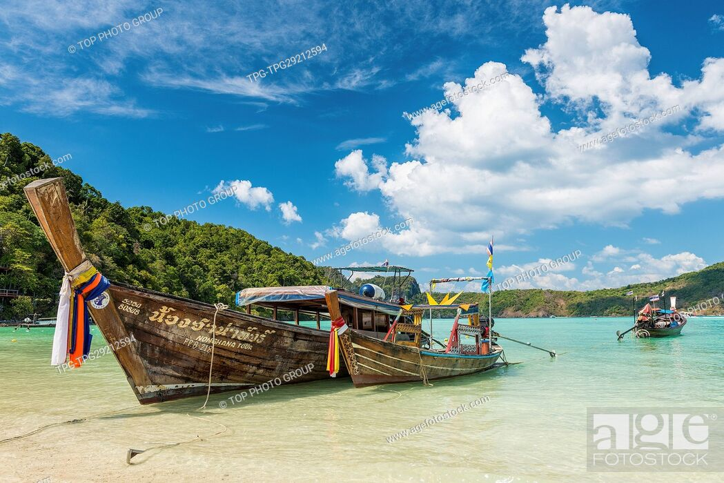 Imagen: Traditional thai longtail boat at Log Dalum Beach on Phi Phi Don island; Thailand in a summer day.