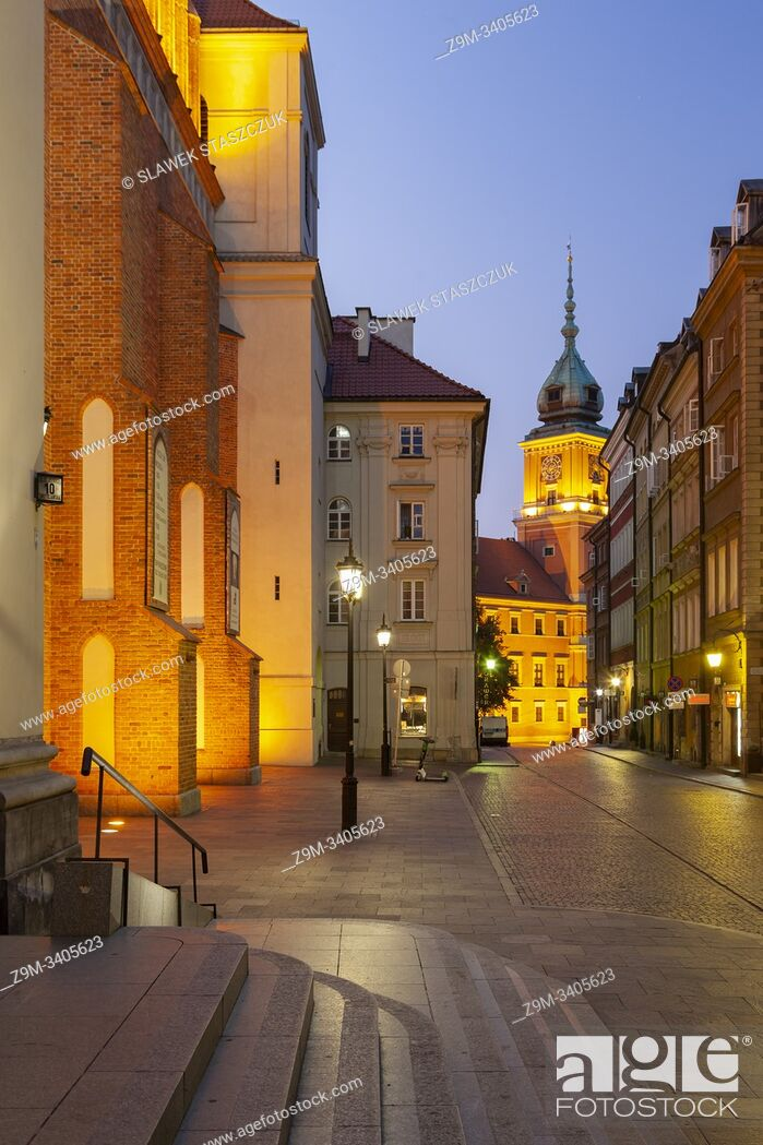 Imagen: Dawn in Warsaw old town, Poland. Royal Castle tower in hte distance.