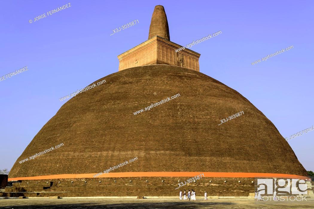 Imagen: People walking around a stupa at Anuradhapura historical site. Sri Lanka.