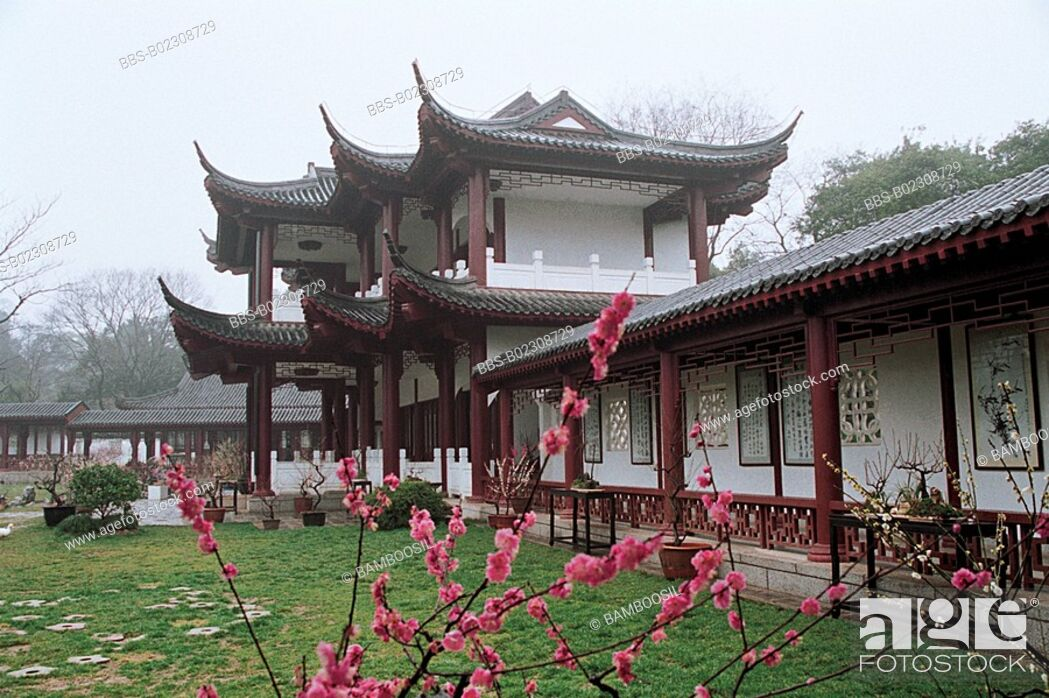 Imagen: Flowers in garden by a house, Meiyuan sight of the East Lake, Wuhan City, Hubei Province, People's Republic of China.