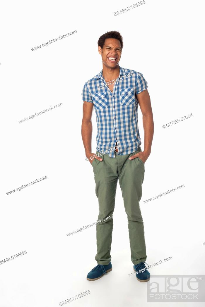 Imagen: Smiling man with hands in pockets.