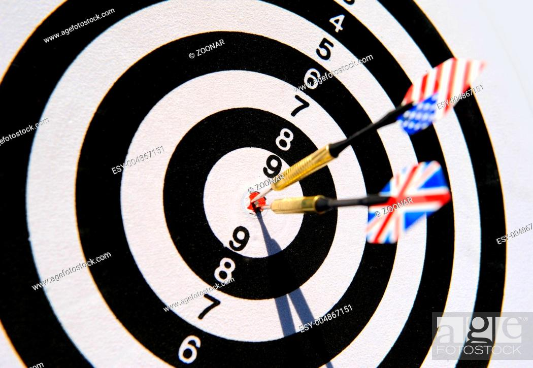 Imagen: Dartboard with two darts in a bullseye.