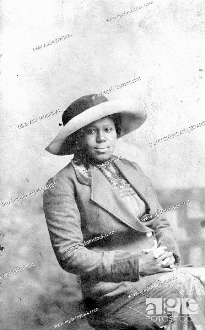 Imagen: Portrait of African-American mature woman wearing hat, in photographic studio, 1930.