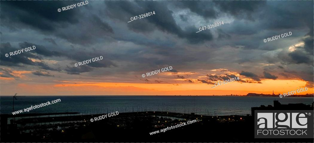 Imagen: Stormy sky at sunset in El Masnou, Maresme area, Barcelona, Spain.