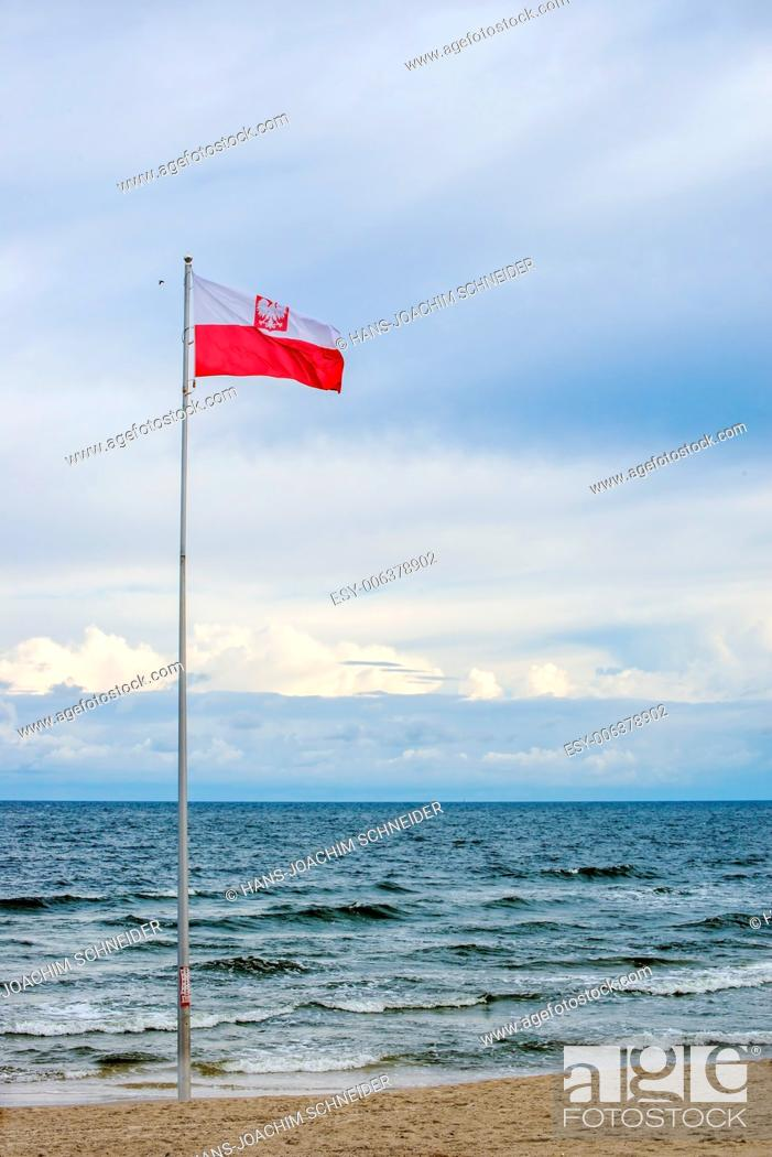 Imagen: Flag of Poland at the Baltic Sea.