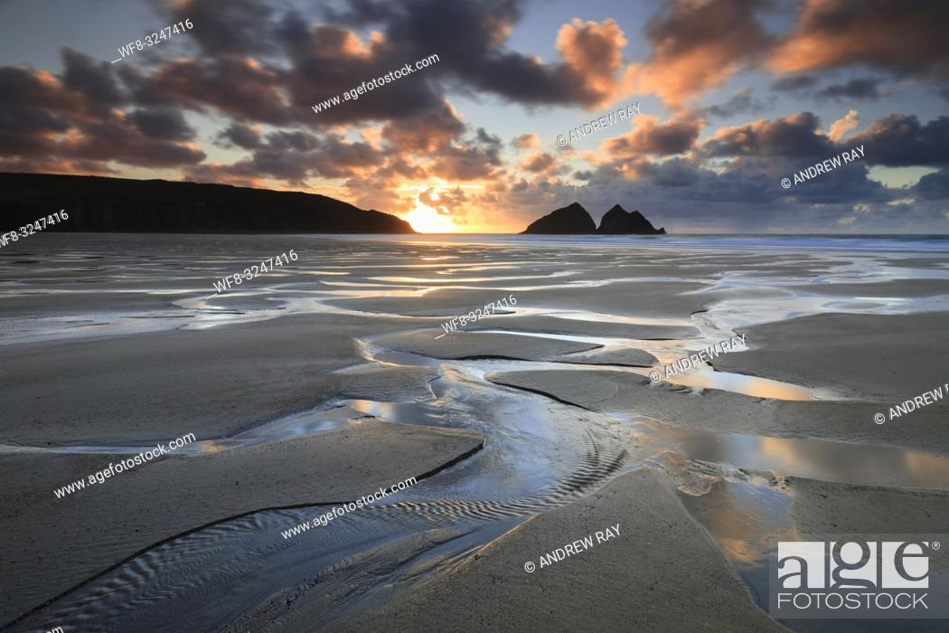 Imagen: The beach at Holywell Bay on the North Coast of Cornwall, captured shortly before sunset in late February.