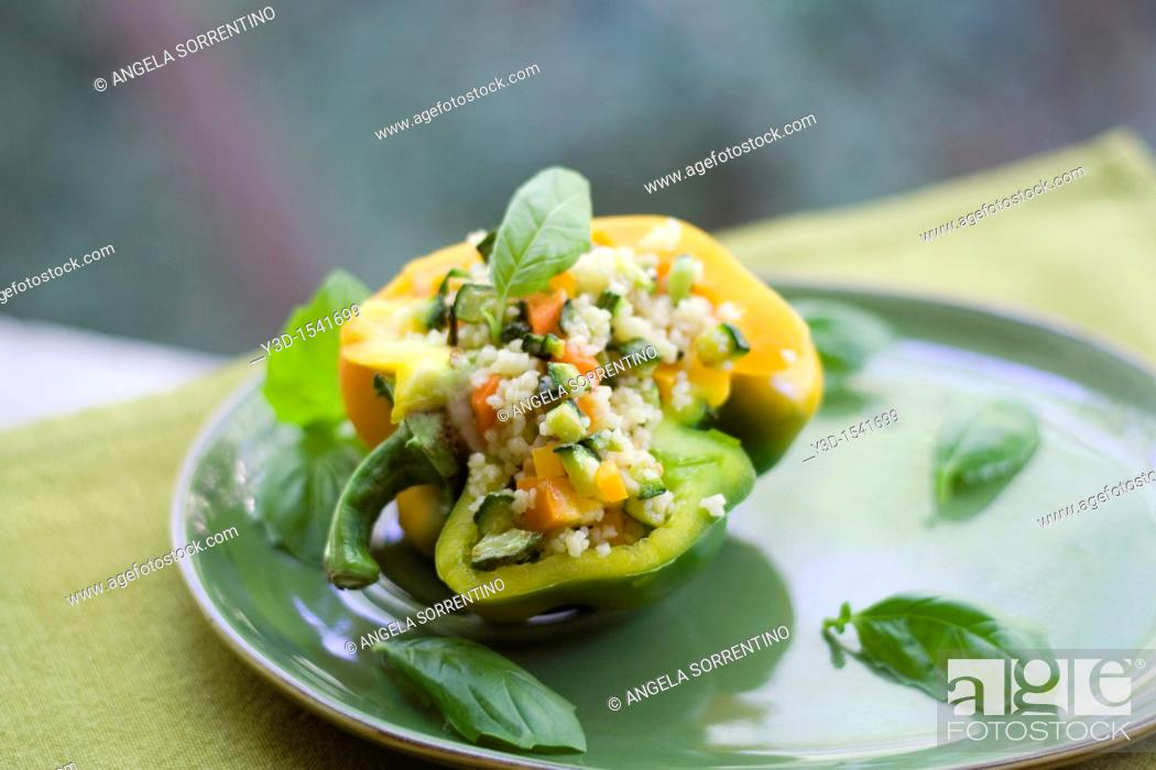 Imagen: Stuffed peppers with couscous, fresh vegetables and basil.